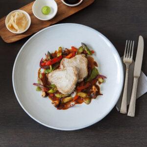 """Gegrilltes Thunfischsteak """"bleu"""" mit asiatischem Gemüse, Wasabi, Ingwer & Soja"""